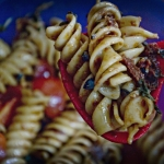 Ensalada de fusilli con tomatitos y tomate seco
