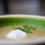 Sopa de cebolla, tomillo y huevo escalfado
