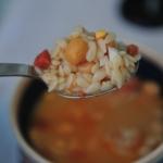 Sopa rápida de garbanzos, chorizo y huevo