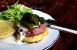Hamburguesa con pimientos verdes macerados