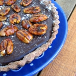 Tarta de chocolate, nueces y sal